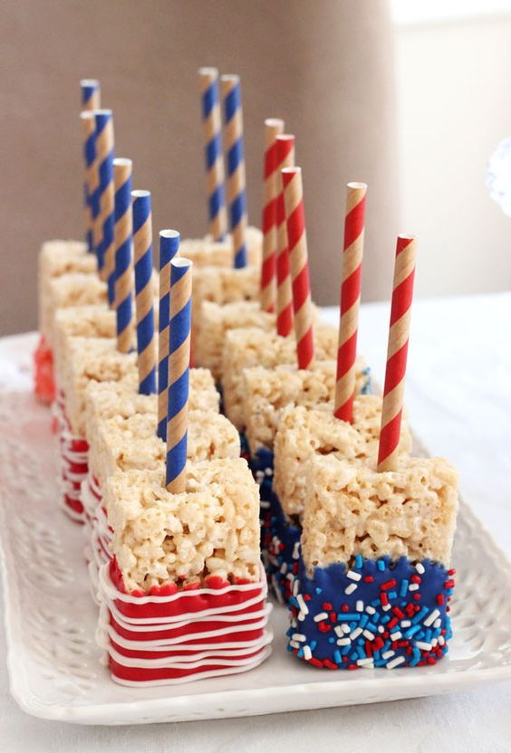 These patriotic rice crispy treats looks DELICIOUS! I am so going to make these!