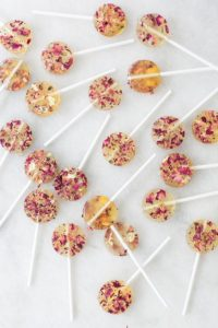 These 14 edible flower recipes are SO GOOD! I love all these designs and how creative they are! There are lollipops, cake, donuts, bark, salad, soup, drinks, and more! Got to try them all!