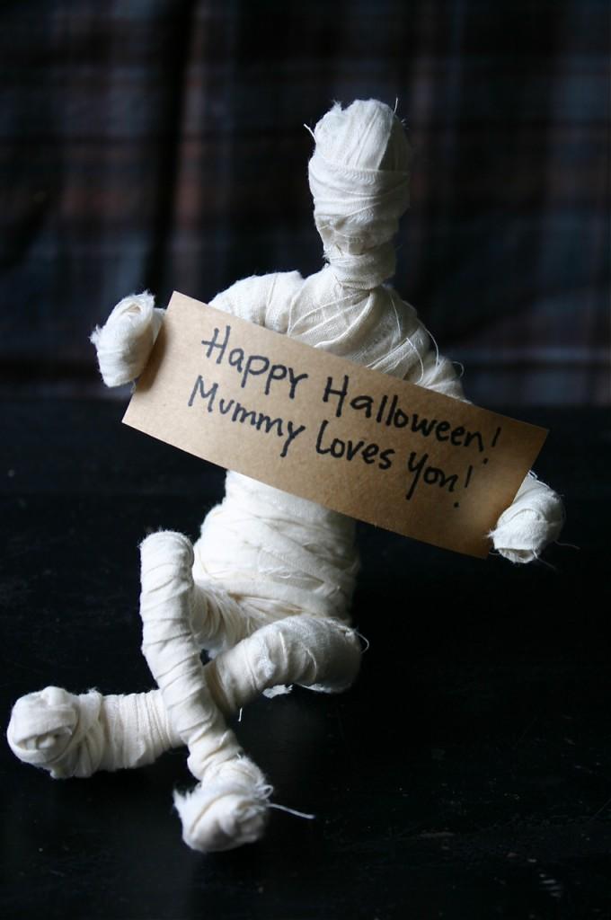 DIY Happy Halloween Mummy Loves You Decor