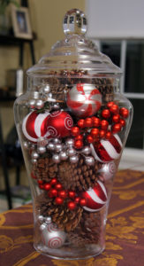 These 32 Dollar Store Christmas DIY Decor Ideas Are EVERYTHING! I can't believe on easy it is to decorate on the cheap!
