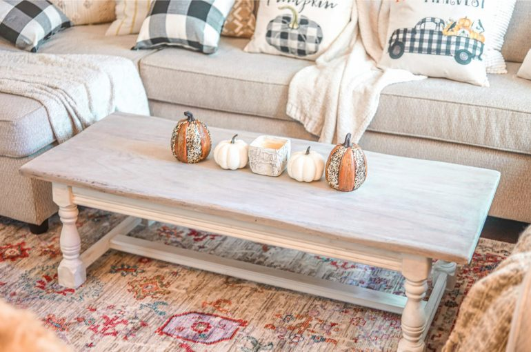 White-Washed Distressed Farmhouse Coffee Table DIY